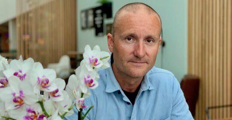 """Lege Øyvind Torp, forfatter av boken """"Selvforsvar mot kreft, ti grep vi selv kan ta""""."""