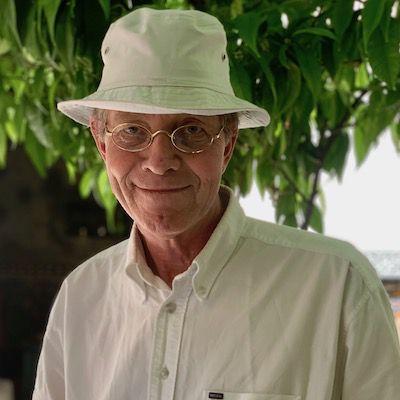 Niels Christian Geelmuyden er forfatter. Har på seg hvit hatt og hvit skjorte. Tre i bakgrunnen.