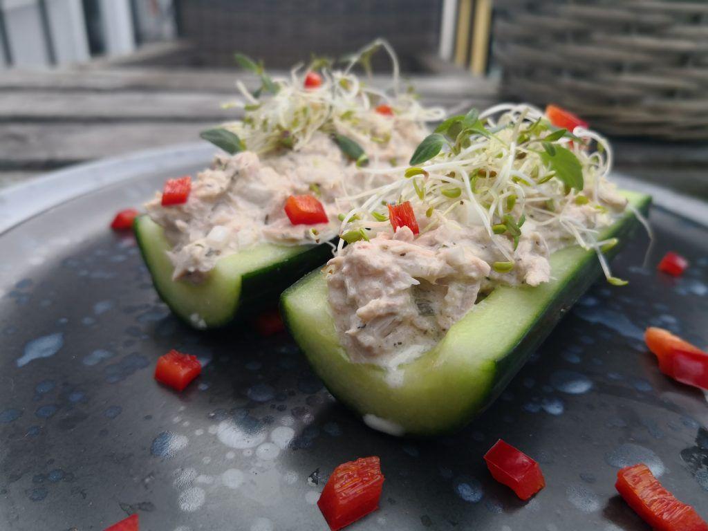 To deler av agurk fylt med tunfisksalat, pyntet med tunfisk og paprika.