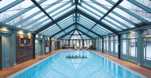 Stort, innendørs basseng.