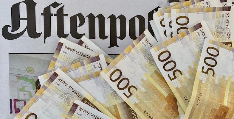 Logoen til Aftenposten med en bunke femhundrelapp-sedler som ligger spredt over avisen.